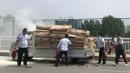 纸箱装运货车起火,8名公交车司机先后停车冲了上去!